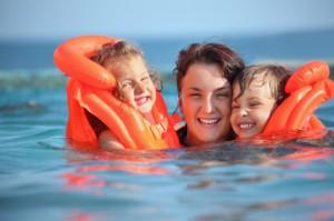 Mit Schwimmwesten schwimmen lernen