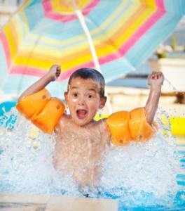 Geeignete Schwimmhilfen für große und kleine Kinder